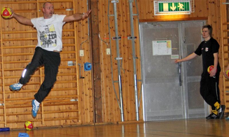 Tränaren Magnus Ingemarsson visar hoppskott