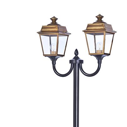 Klassisk utebelysning, lyktstolpe med dubbla lykthus -  hos Alegni Interiors  Stockholm