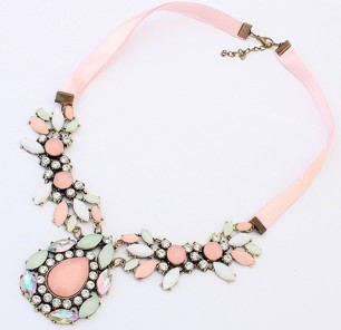 Rosa statementhalsband med stenar i rosa, vitt & transparent