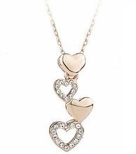 Halsband i roséguld med små hjärtan med kristaller