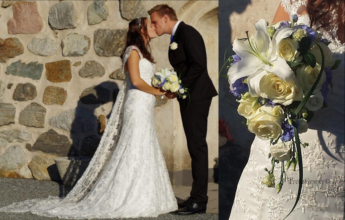 696840651645 Droppformad brudbukett med blå och vita blommor, Ros, Prärieklocka, Lilja,  ljusblå Delphinium och Ormskägg. Nr 107. Pris ca 1100 kr.