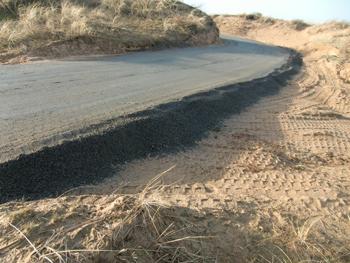 Vägen är 2,5m bred och lagret krossgrus är cirka 30 cm tjockt.