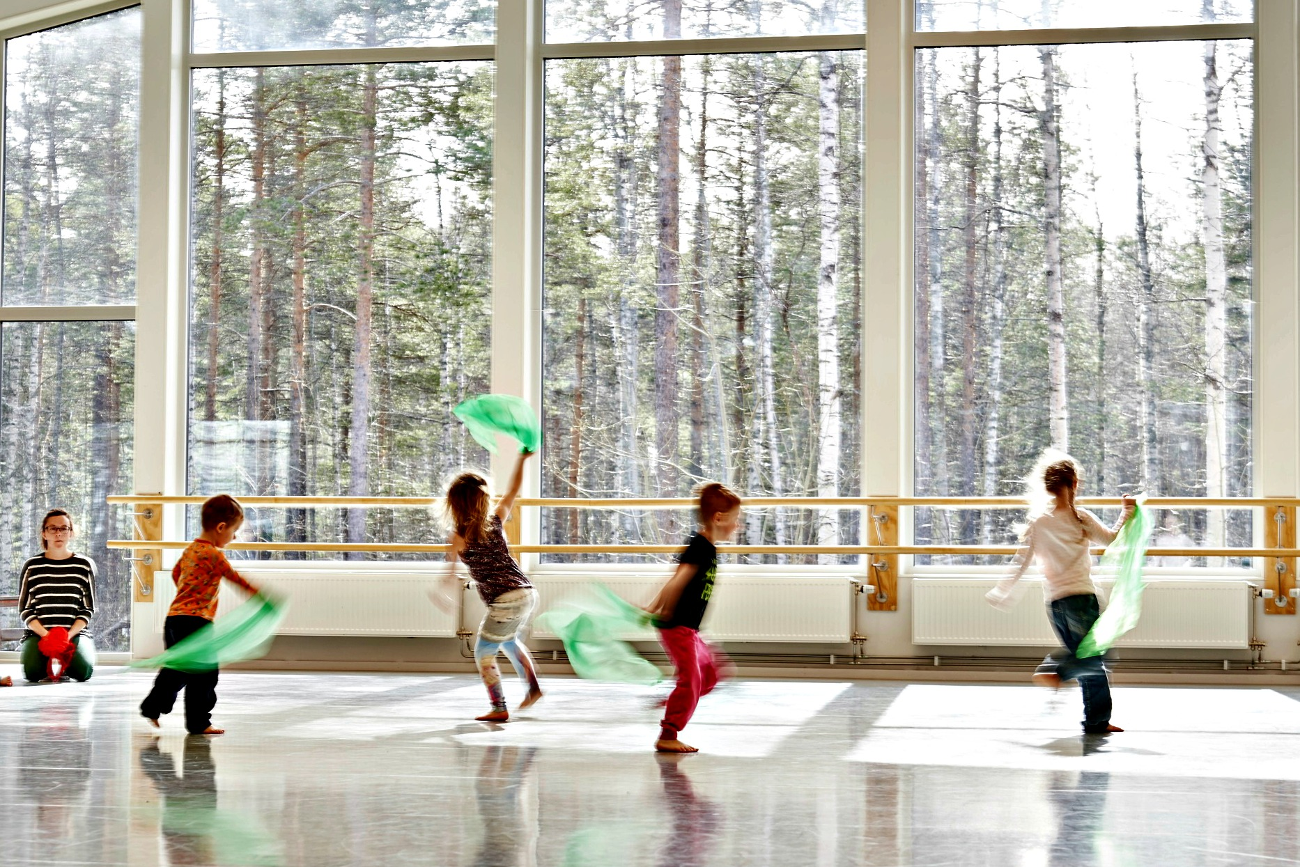 c428074e9519 Danskurs för barn och ungdomar arrangeras i Danslärarutbildningens vackra  danssalar på Musikhögskolan i Piteå veckan före Midsommar. Ni får dansa  varje dag ...