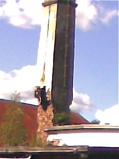 Skorstenen strax innan den rasade av egen kraft i augusti 2008 / mobilfoto Nils-Olov Augustsson