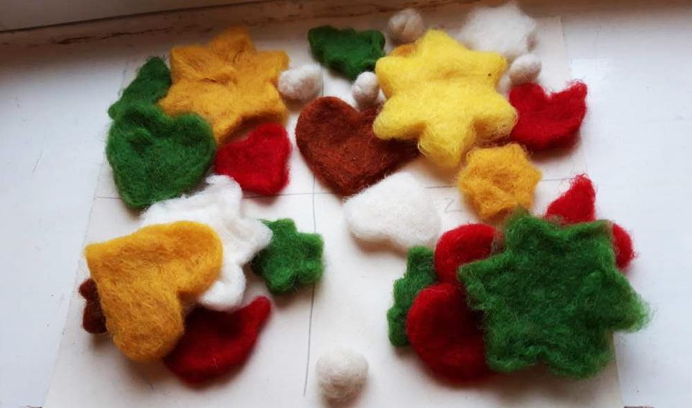 Färgad, blöt ull trycks ner i pepparkaksformar, där de får torka i former av stjärnor, granar och hjärtan.