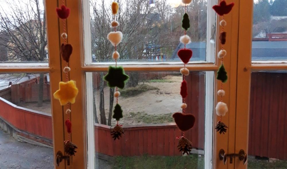 De färdiga pepparkakorna lyser sedan upp Sannas fönster med sina härliga färger.