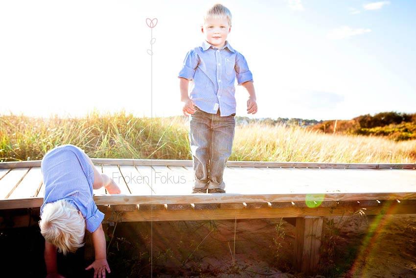 Här skulle lillebror härma storebror och hoppa nerför gångspången. Det gick sådär... snutte! Men några goji-bär senare var allt bra igen. :-)