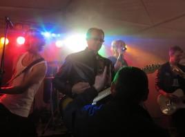 I mitten med skinpaj Anders Axelsson, sept 2012 som gästgitarrist i bandet Billy