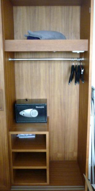 Säkerhetsskåpet monteras fast i väggen