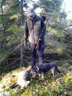 Lasse och Lycko med nyskjuten räv