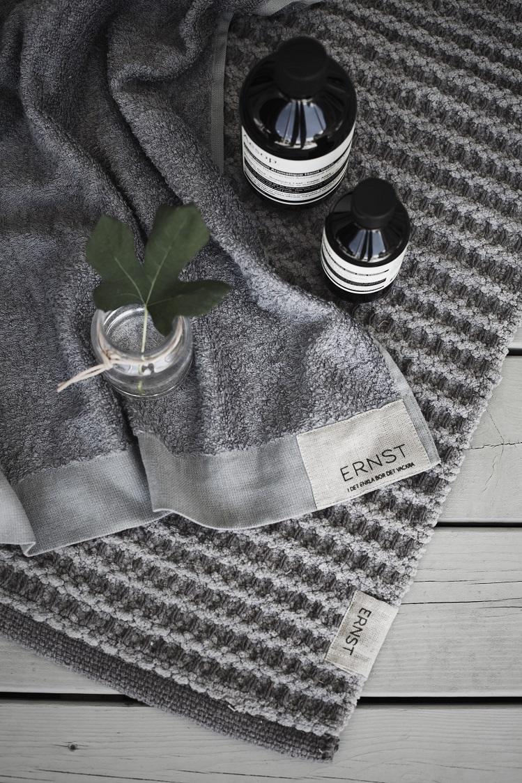 ernst grå frottehandduk badrum