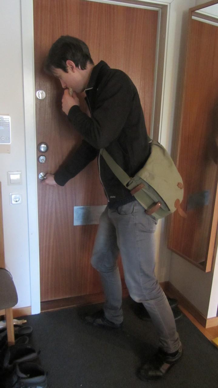 Klockan är mycket och tiden har sprungit iväg. Linus som börjar en timme före Pontus måste åka till skolan utan sitt morgonkaffe och med en brödskiva i handen! Hoppas han kan koncentrera sig under den tre timmars långa föreläsningen!