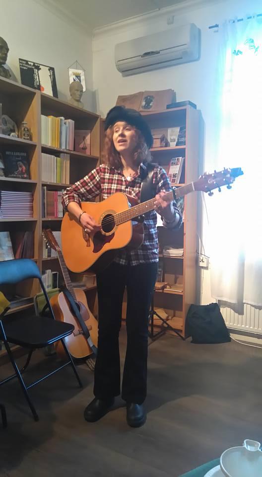 Vissångerskan Heidi Baier på ett av sällskapets kulturcaféer på Dan Andersson Museum.