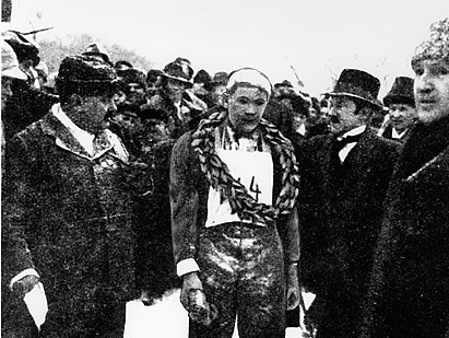 Ernst Alm, den förste Vasaloppsvinnaren 1922, lagerkransad och hyllad. Under besvärliga förhållanden tog sig Alm i mål på 7tim 32 min, en aktningsvärd prestation med tanke på de besvärliga väderförhållandena, material och spår!