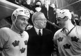 """Till och med kung Gustav VI Adolf följde ishockey-VM. På bilden tillsammans med fixstjärnorna Uffe Sterner och Sven """"Tumba"""" Johansson"""