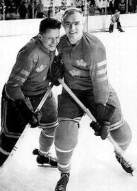 """Till höger Hans """"Tjalle"""" Mild, som också blev uttagen i världslaget. """"Tjalle"""" hörde till den kategorin som dubblerade och även var landslagsman i fotboll. Till vänster på bilden är det Gösta """"Knivsta"""" Sandberg, som även han var landslagsman i såväl fotboll som ishockey, men även bandy. Båda var djurgårdare och """"järnkaminer""""."""