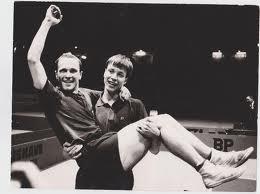 """Hasse Alser, i famnen på trogne dubbelpartnern Kjell """"Hammaren"""" Johansson (de blev världsmästare i dubbel 1967 och 1969). Hasse Alser omkom tragiskt i en flygolycka lördagen den 15 januari 1977 (en vecka innan han skulle fylla 35)"""