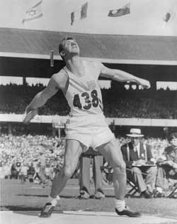 Al Oerter vid OS i Melbourne 1956, där han tog sin första guldmedalj i diskus. Al Oerter är en unik idrottsman och tog guldmedalj i fyra olympiska mästerskap i sträck i samma gren, diskus 1956 Melbourne, 1960 Rom, 1964 Tokyo och 1968 Mexico City. Carl Lewis kopierade det i längdhopp åren 1984 Los Angeles, 1988 Seoul, 1992 Barcelona och 1996 Atalanta.