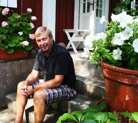 Bill Björklund, som spelade fotboll på elitnivå och vann två SM-guld med IFK Norrköping. Det blev också nio landskamper och spel i Kalmar FF. Bill är politiker (FP) och han sitter i kommunfullmäktige i Mönsterås sedan ett 20-tal år tillbaka.