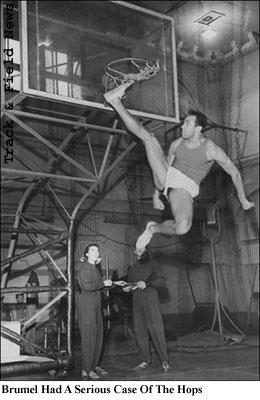 En klassisk bild på Sovjetunionens oerhört spänstige höjdhoppare Valeriy Brumel. Basketkorgen sitter reglementsenligt 3,05 m över golvet!