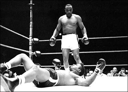 Sonny Liston ser ner på en utslagen Floyd Pattersson