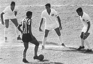Garrincha ensam mot tre - ingen vågar gå på ...