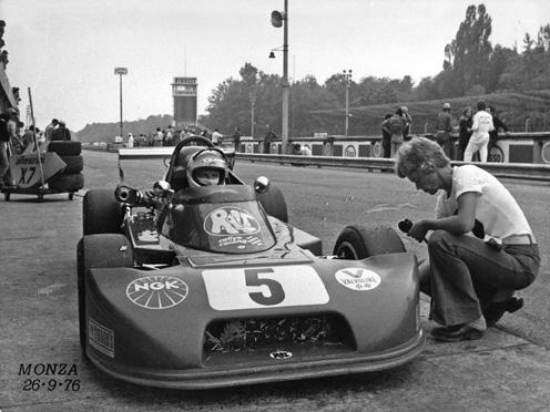 Ulf Svensson i bilen, hustrun Berit kollar lufttrycket