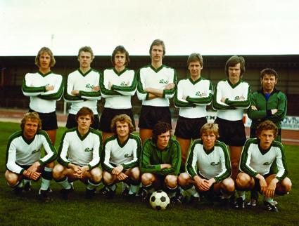 Året är 1977 och laget är Varbergs BoIS A-lag inför en bortamatch mot Hässleholm i div. III Södra Götaland. BoIS slutade trea, Hässleholm kom sist. BoISarna är stående fr v Göran Bengtsson, Dag Larsson, Bengt Gabrielsson, Håkan Gustafsson, Göran Johansson, Ingvar Andersson och Janos Kalmar (tränare från Ungern som 1977 gjorde sin tredje och sista säsong för BoIS. En intressant personlighet med en stor lidelse för fotbollen, fostrad i den ungerska tränarskolan). Sittande fr v Kent Blom, Christer Börjesson, Christer Lundberg, Jan-Olov Johansson, Hasse Andersson (Duvinger) och Peter Grim. Saknas på blden gör Peter Paulsson och Errol Flysjö (lagledare).