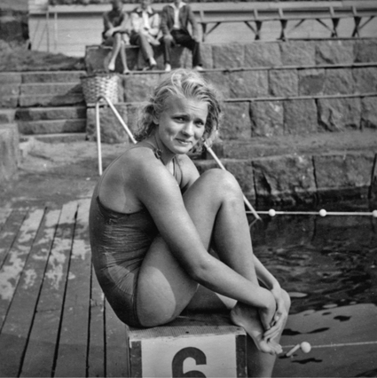 """Svenska mästarinnan på 100 m frisim 1945, Ingegärd Fredin. SM hölls i Simstadion i Varberg och arrangemangen fick mycket beröm av simmarna. Varberg var simningens Mekka i slutet av 40-talet och här arrangerade SM i simning 1945, 1947 och 1951. Du kan läsa mer om Varbergs Simstadion och Sim-SM i Varberg i """"Varbergsidrotten 2010""""."""