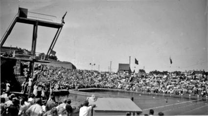 """Året är 1945 och SM-tävlingarna i vår simstadion blev en fullträff. Pressen skrev: """"Arrangörerna firade stora triumfer, lilla Varberg slog med glans alla föregående SM-städer i publiksiffror, och tävlingsmässigt återstod ingenting övrigt att önska"""" Mera om arrangemanget - och övriga stora idrottsarrangemang i Varberg vid den tiden kan du läsa om i våra årsböcker. """"Varbergs Simstadion och Sim-SM i Varberg"""" hittar du i Varbergsidrotten 2010, sid 76 - 85."""