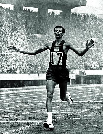 Etiopiern Abebe Bikila springer över mållinjen i överlägsen stil