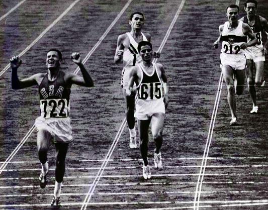 Billy Mills vinner 10 000 m före Gammoudi och Clarke. De övriga två är varvade.