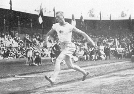 """Gustav """"Topsy"""" Lindblom vann trestegsfinalen vid OS i Stockholm 1912 på 14,76 m."""