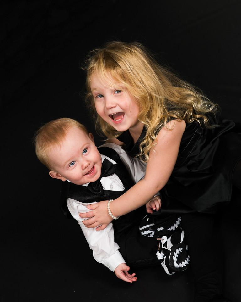En bild från min sista fotografering. Kille i fluga och frack och syster lika fin hon, redo att ge sig ut på nyårsfesten kanske...!!