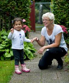 Lilla Haddiles tillfälliga uppehållstillstånd i Sverige gick ut i förrgår.  Nu hoppas familjehemsföräldrarna Malén och Miklos Liewehr i Broby att hon ska få stanna i Sverige - permanent.  – Hon är ju