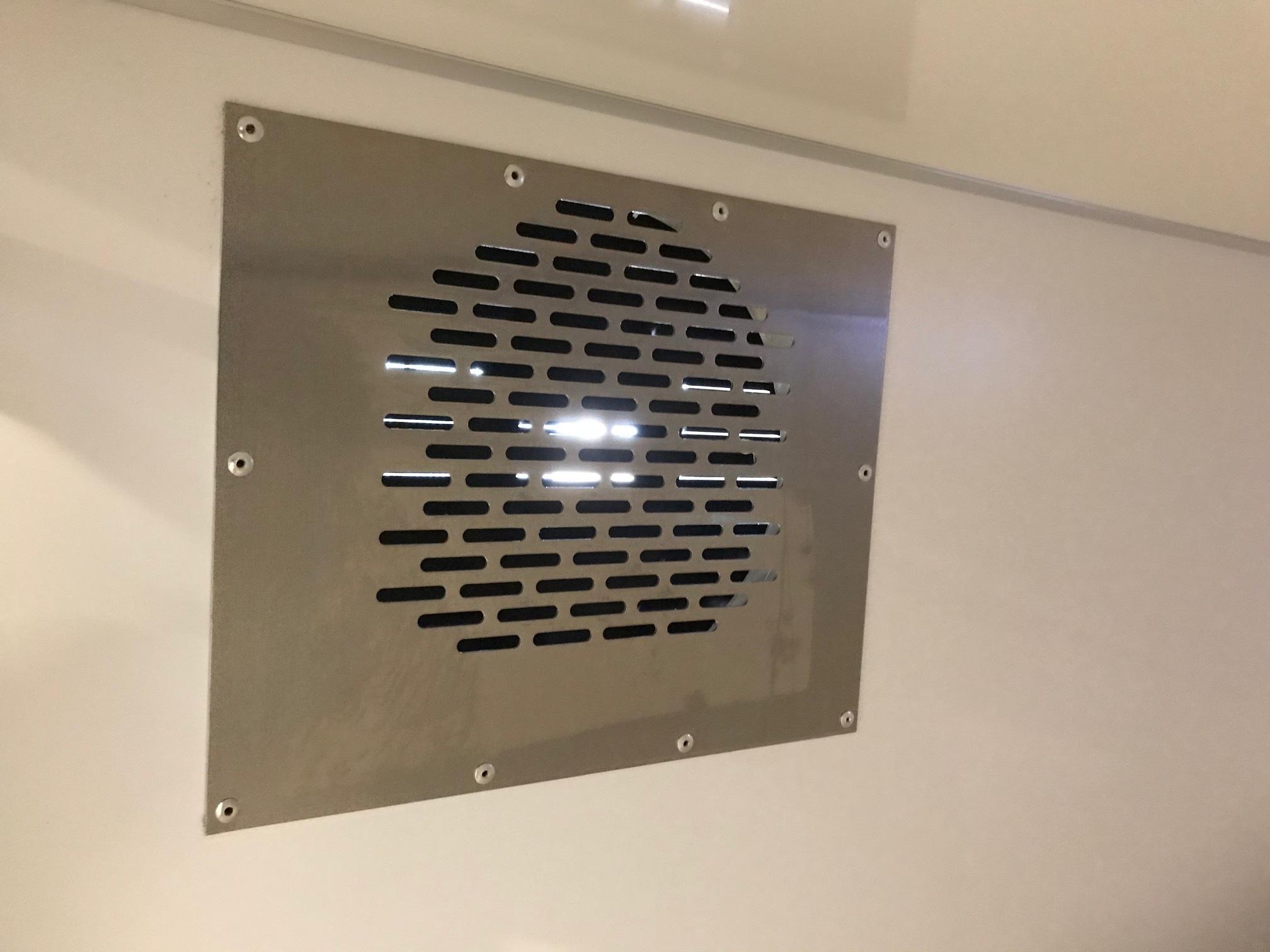 Rektangulärt innegaller med runt hål på insidan