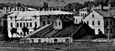 Lokstallet från sydost 1880-tal med Skolgatan 4 och 2 (flickskolan).  (Skövde Stasdsmuseum)