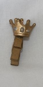 Klädnypa med krona, ca 3 cm hög.